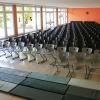 Die Aula, bestuhlt für eine Aufführung, steht sonst als Pausenhalle zur Verfügung