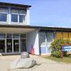 Die Weltkugel begrüßt alle Eintretenden vor dem Eingang der Grundschule Weidhausen