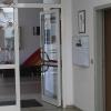 Im Anbau befinden sich das Sekretariat, das Schulleiter- und das Lehrerzimmer