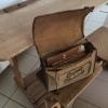 Ein Schulranzen aus Leder, wie man ihn früher hatte - gefunden im Schulhaus Weidhausen