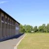 An das Gebäude der Schule grenzt die Schulsporthalle...