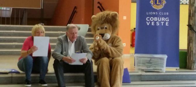 Lions Club spendet zwei Bücherkisten