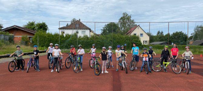 Verkehrserziehung an der Grundschule Weidhausen: Mit dem Fahrrad über den Schulhof